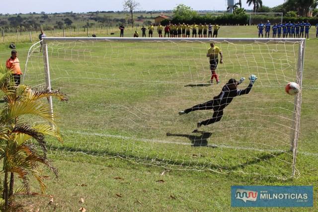 Mirandópolis (amarelo), cobra e marca penalidade. Foto: Manoel Messias/Agência