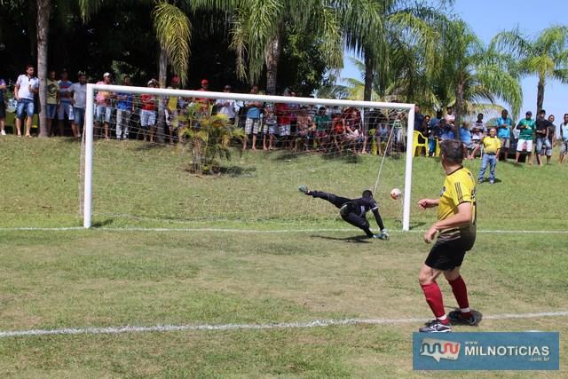 """""""Alemão"""", da equipe de Mirandópolis (amarelo), marca a penalidade que deu o título para seu time. Foto: Manoel Messias/Agência"""