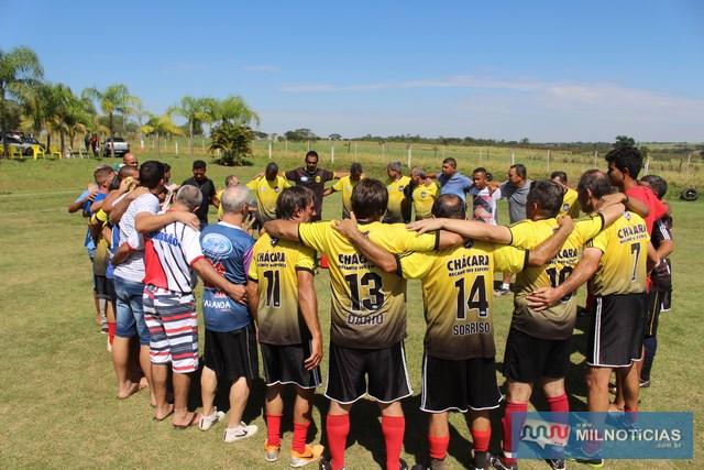 Momento de fé de todos da Chácara Recanto dos Esportes, em agradecimento pela conquista. Foto: Manoel Messias/Agência