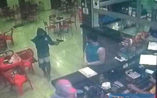 Imagens do circuito de segurança flagraram toda a ação do bandido. Foto – Reprodução
