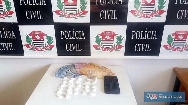 Foram apreendidas um total de 27 papelotes de cocaína, R$ 275,00 em dinheiro e o telefone celular do acusado, que passara por perícia. FOTO: MANOEL MESSIAS/Agência