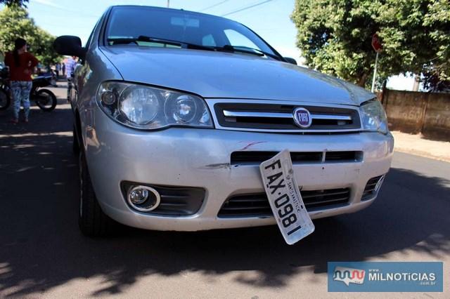 Fiat Pálio teve apenas a placa dianteira parcialmente arrancada. Foto: MANOEL MESSIAS/Mil Noticias