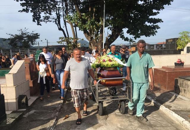 Emoção marcou o enterro de Thamiris e suas duas filhas (Foto: Solange Freitas/G1)