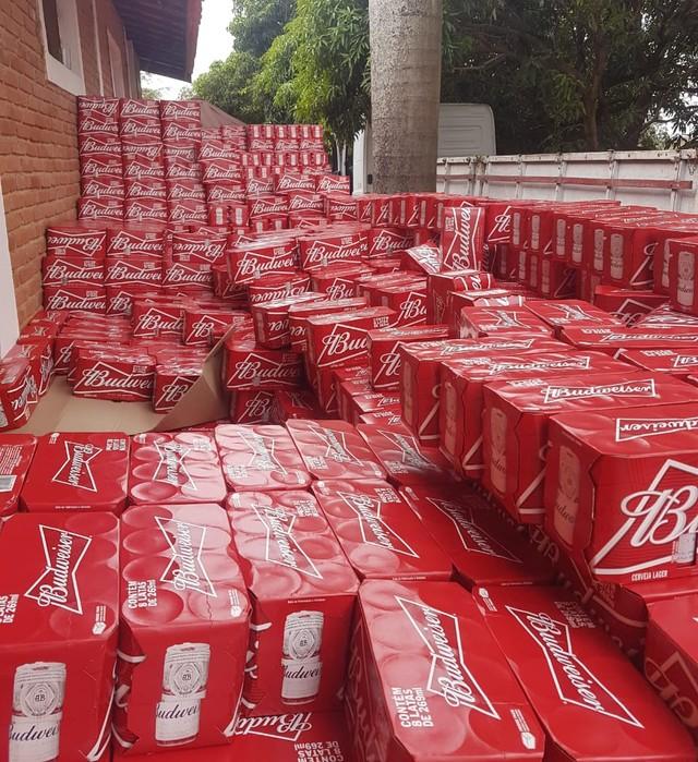 Caixas de cerveja roubadas estavam em sítio em Jaguariúna; Polícia Civil localizou carga em 13 de junho (Foto: Polícia Civil/Divulgação).