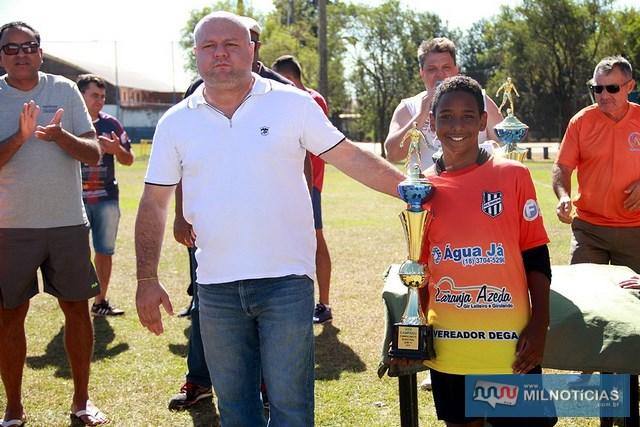Presidente do ATC, Alex Ferreira, entrega troféu de vice campeão ao atleta do Francini. Foto: Secom/Prefeitura