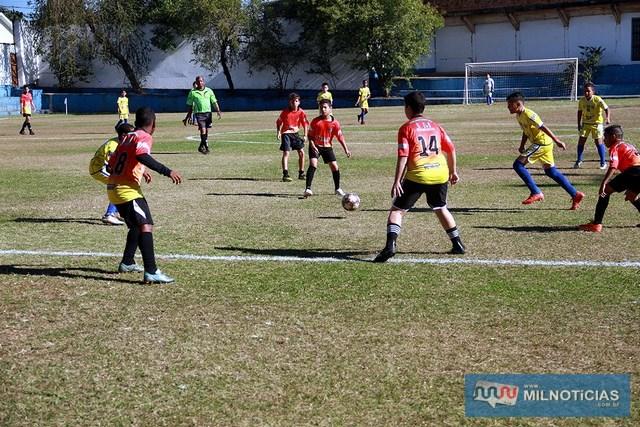 Ferinhas Boys (amarelo), venceram o time da Escolinha Francini (vermelho), de Pereira Barreto, por 3 x 1. Foto: Secom/Prefeitura