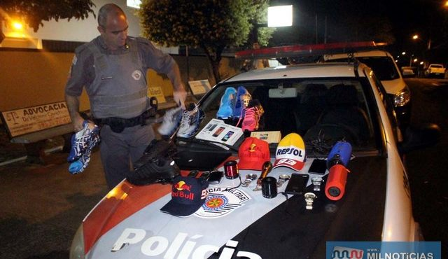 Equipe composta pelos cabos PMs Freitas (foto) e Gilmar (dentro do plantão), realizou a detenção da dupla de infratores. Foto: MANOEL MESSIAS/Agência