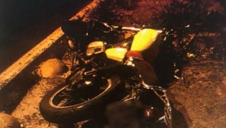 Motociclista disse aos policiais que foi atingido por carro e motorista fugiu sem prestar socorro (Foto: Polícia Militar/Divulgação).