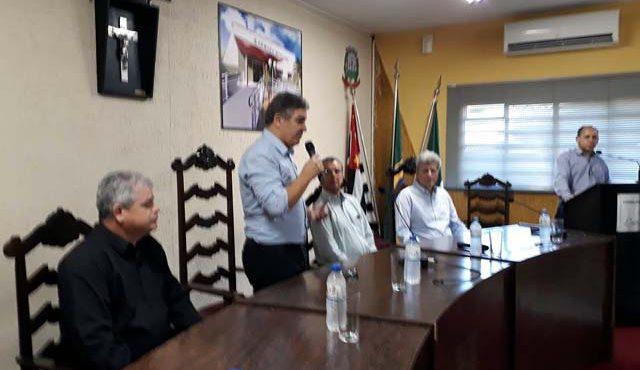 Prefeito Gilson Pimentel se pronuncia durante encontro de prefeitos em Murutinga do Sul. Fotos: Rey Aro