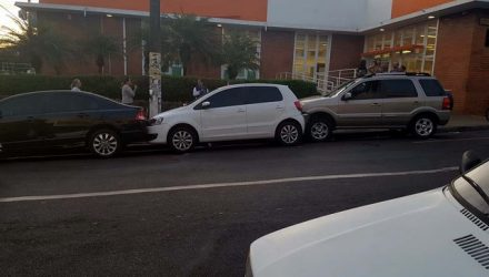 Triplo acidente aconteceu no centro bancário de Andradina, e não teve vítimas. Motorista realizava marcha-à-ré, quando Eco Sport apresentou defeito. Foto: DIVULGAÇÃO