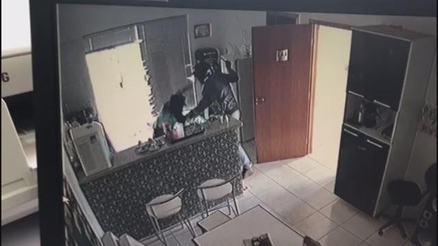 Thainá é esfaqueada pelo suspeito de capacete na imobiliária em Barretos, SP (Foto: Reprodução/Câmeras de segurança).