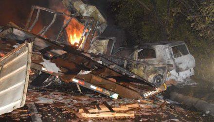 Carreta carregada de óleo explodiu e o motorista não conseguiu sair a tempo do veículo e morreu carbonizado na via que liga Paraguaçu Paulista a Quatá (Foto: Manoel Moreno / Divulgação ).