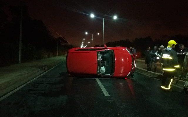 Motociclista morre ao ser atingido por carro e veículo capota em avenida de Cuiabá (Foto: Deletran).