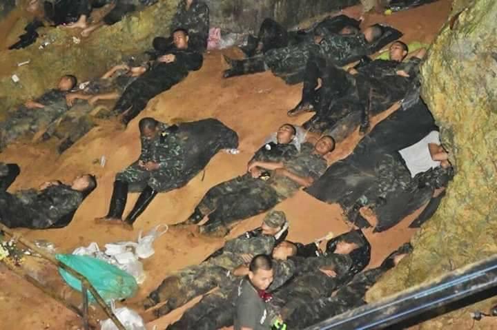 Homens do Exército descansam durante intervalo de procura pelos meninos e o técnico. Foto:: Reuters