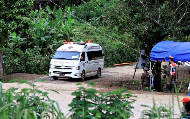 Ambulância deixa caverna Tham Luang, na Tailândia, nesta terça-feira (10) (Foto: Soe Zeya Tun/Reuters )