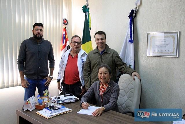 Tamiko firma convênio que garante descontos nas mensalidades aos funcionários públicos do município. Foto: Secom/Prefeitura