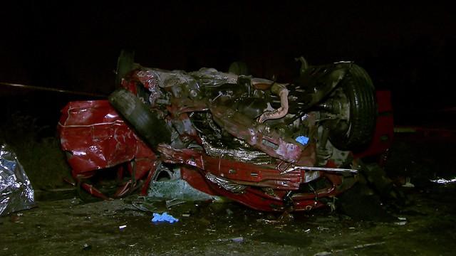 Carro ficou destruído em acidente em Guarulhos (Foto: Reprodução/TV Globo).