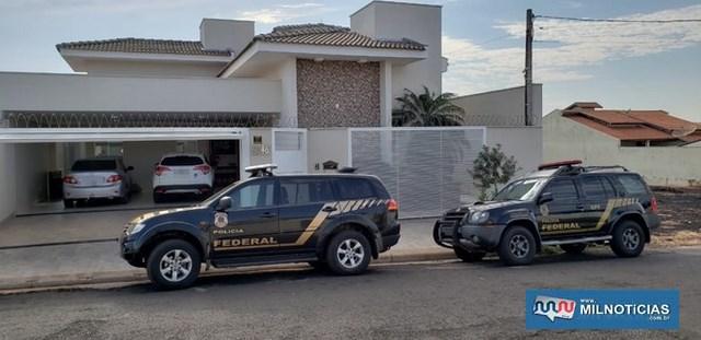 Polícia Federal em frente a casa da tesoureira da Prefeitura de Jales (Foto: Janaína de Paula/TV TEM)