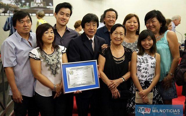 Ex-prefeito Jamil Ono, junto de sua família. foto: Divulgação