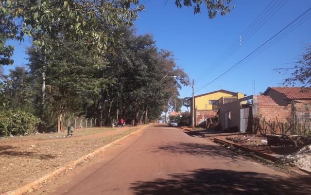 Local onde dois irmãos foram baleados durante um assalto, em Goiânia (Foto: Ludmila Rodrigues/TV Anhanguera).