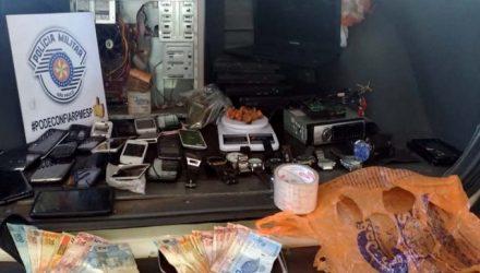 Além da droga e do dinheiro, foram apreendidos CPU de computador, vídeos games Play Station, e X-BOX, 21 celulares, 10 relógios de pulso e 03 celulares. Fotos: DIVULGAÇÃO/PM