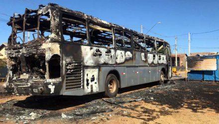 Ônibus incendiado ficou totalmente destruído em Olímpia na madrugada desta quarta-feira (18) (Foto: André Modesto/TV TEM)