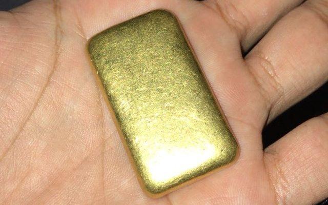 Barra de ouro estava no calçado de Valdeci (Foto: PM/Divulgação).