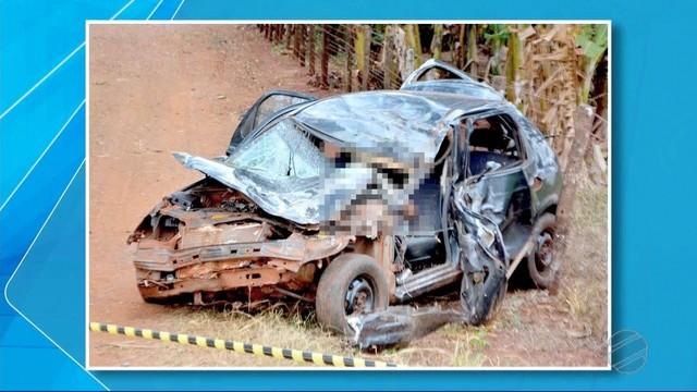 Carro ficou totalmente destruído após acidente em Fátima do Sul, MS (Foto: TV Morena/Reprodução).
