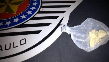 Foram localizados escondidos nas partes intimas da suspeita uma grande pedra de crack e um Iphone. Foto: DIVULGAÇÃO