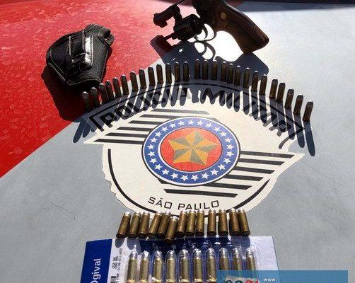 Foram apreendidos um revólver calibre .32mm, além de 50 munições do mesmo calibre. Fotos: DIVULGAÇÃO/PM