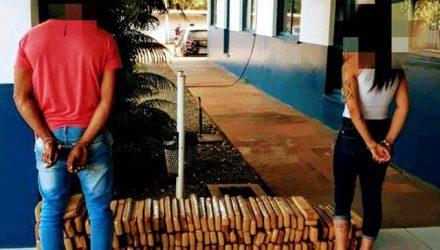 Homem de 25 anos e mulher de 22 anos foram flagrados e, carro com 138 tabletes de maconha. Foto: Patrulha News