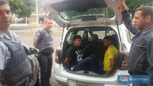 """Foram presos Elias Ortiz Chimenez, o """"Índio"""" (esq.), de 20 anos, e Jean Marcos Lopes Freitas, o """"Batatinha"""". 21 anos, moradores na cidade de Antônio João/MS. Foto: MANOEL MESSIAS/Mil Noticias"""