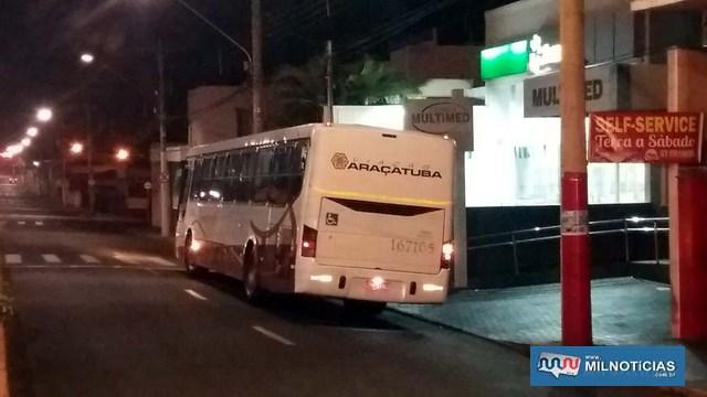 Acidente aconteceu após moto tocar na lateral do ônibus. Coletivo nada sofreu. Foto: MANOEL MESSIAS/Agência
