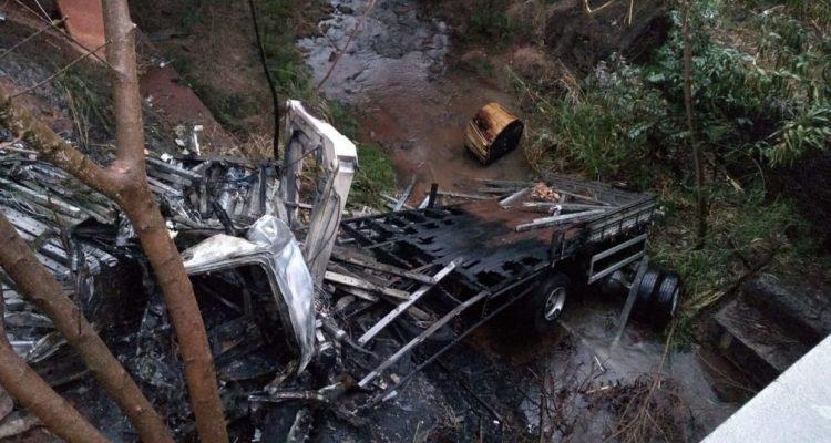 Caminhão caiu em um barranco após bater no guard-rail (Foto: Cesar Evaristo/TV TEM).