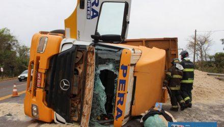 Carreta Mercedes Benz ficou com a cabine destruída após o acidente. Foto: MANOEL MESSIAS/Agência