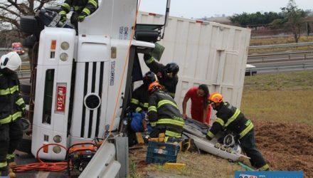 Bombeiros levaram aproximadamente duas horas para desencarcerar a vítima das ferragens. Foto: MANOEL MESSIAS/Agência