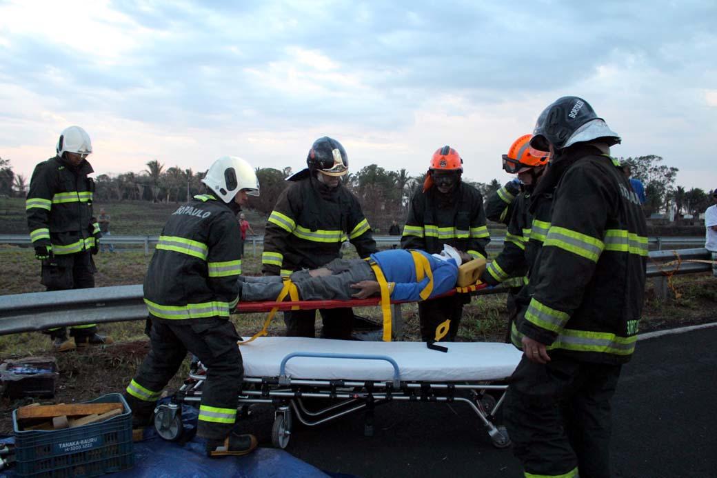 Motorista foi socorrido consciente, sem fraturas aparentes e reclamava de dores na perna esquerda. Foto: MANOEL MESSIAS/Agência