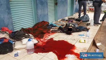 Corpo de homem foi localizado sem vida na calçada do banheiro da praça central de Andradina. Foto: MANOEL MESSIAS/Mil Noticias