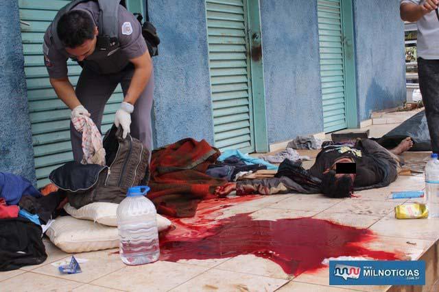 'Risadinha' foi morto quando dormia na calçada do banheiro público da praça central com uma facada atrás da orelha esquerda; Foto: MANOEL MESSIAS/Agência