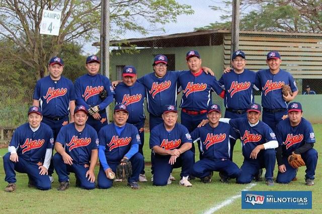 Atletas andradinenses que defenderam a equipe ABAS - Araçatuba, Birigui, Amigos dos Softbol, na campanha que rendeu o troféu de campeão (Foto: Divulgação)