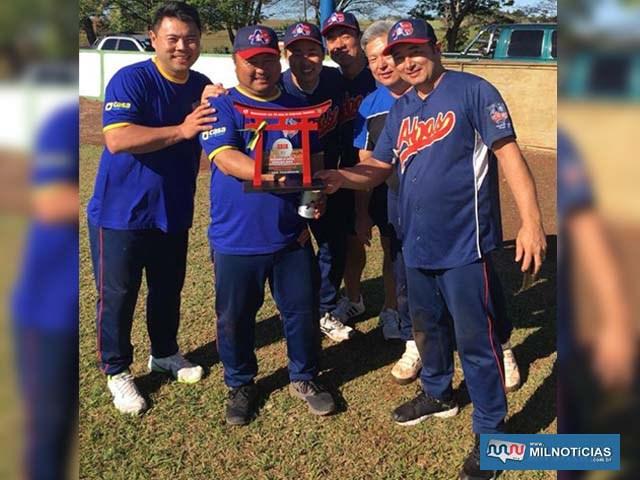 Equipe ABAS com o troféu de campeão. Foto: DIVULGAÇÃO