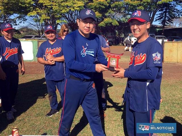 Atleta andradinense Luciano Takase (dir.), ganhou o troféu de destaque do campeonato nesta categoria. Foto: DIVULGAÇÃO