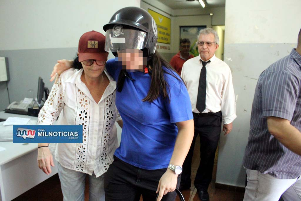 Ex-vereadora Célia da Stillu's (esq.), e uma parente se encaminham para uma viatura. Ao fundo delegado Tadeu. Foto: MANOEL MESSIAS/Mil Noticias