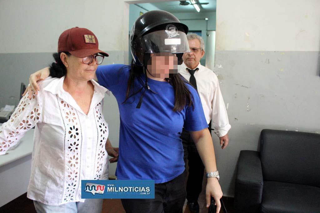 Ex-vereadora Célia da Stillu's (esq.), e uma parente se encaminham para uma viatura. Foto: MANOEL MESSIAS/Mil Noticias
