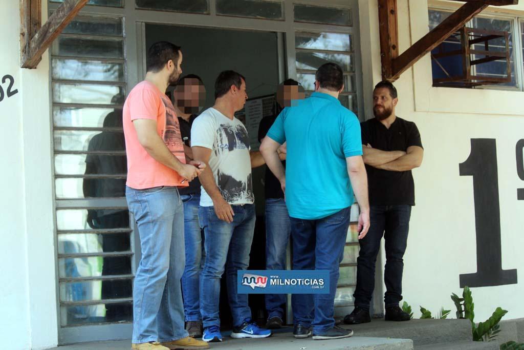 Policiais civis fazem a segurança na porta do 1º DP. Foto: MANOEL MESSIAS/Mil Noticias