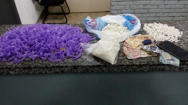Drogas e dinheiro apreendidos pela PM com suspeito em Mogi das Cruzes — Foto: Polícia Militar/Divulgaçã.