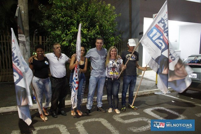 Fausto Pinato (jeans), e Roquinho (camiseta branca), são recebidos com festa em frente do Inovare Eventos. Foto: MANOEL MESSIAS/Mil Noticias
