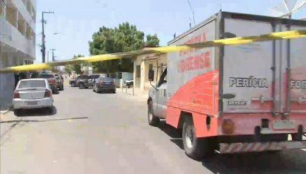 Perícia na rua da cadeia pública na manhã deste sábado (15) — Foto: Reprodução/TV Verdes Mares.