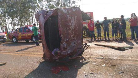 Motorista de caminhonete carregada de abacaxi morreu após bater em caminhão, na BR-163. — Foto: Cido Costa / Site Dourados Agora.
