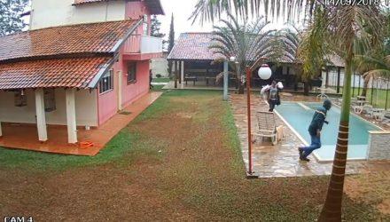 Câmeras de segurança registram assalto a chácara em Ribeirão Preto — Foto: Reprodução.